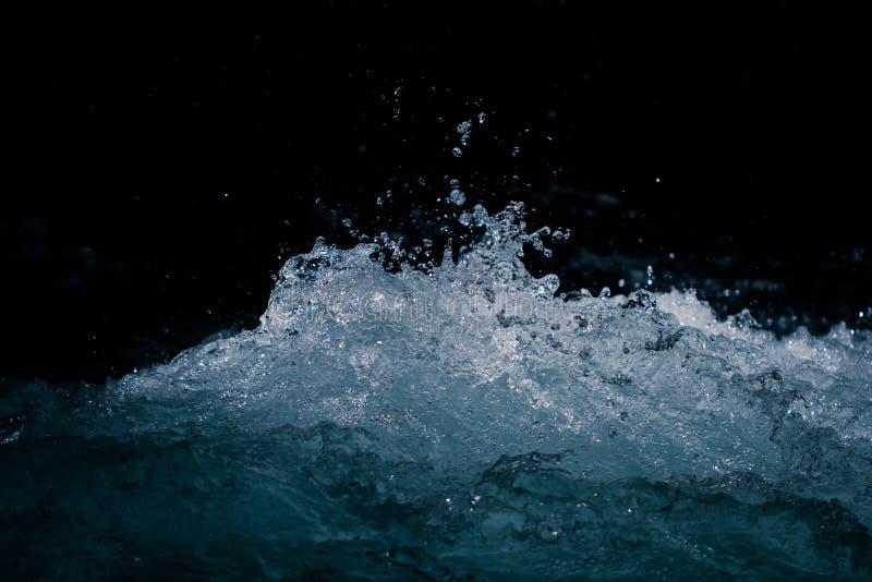 Grovt vatten med en färgstänk som en bakgrund royaltyfria bilder