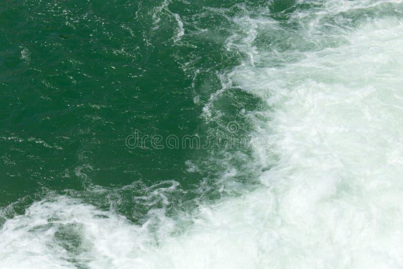 Grovt vatten på yttersidan arkivfoton