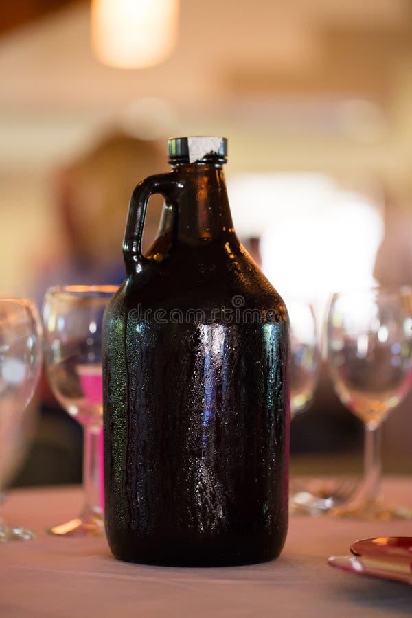 Growler пива ремесла приема по случаю бракосочетания стоковое изображение