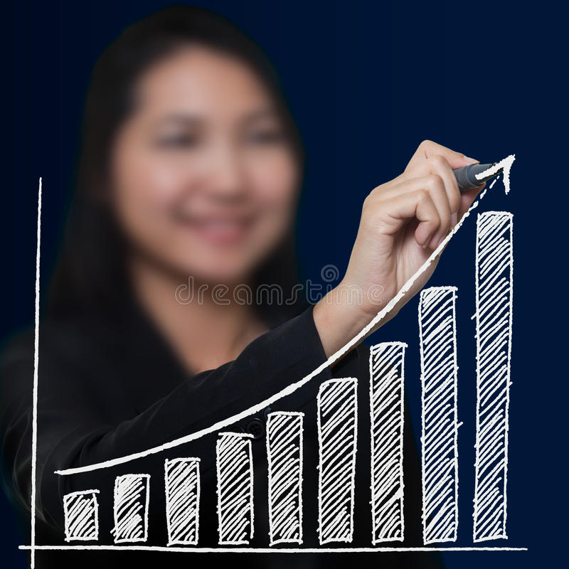 Growthing pil för affärskvinnateckning royaltyfri fotografi