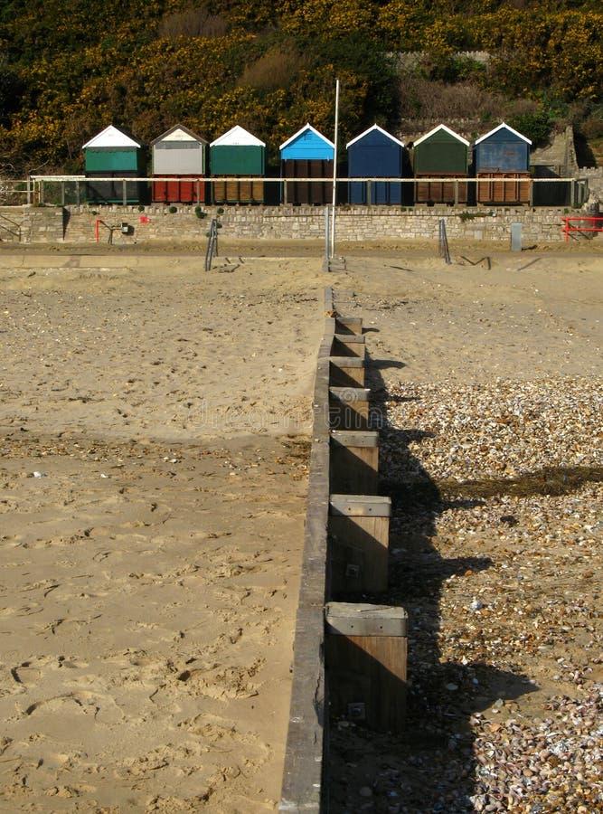 Groyne e cabanas da praia foto de stock