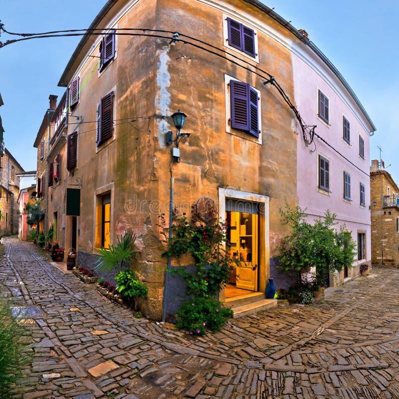 Groznjan中世纪村庄被修补的街道 免版税图库摄影