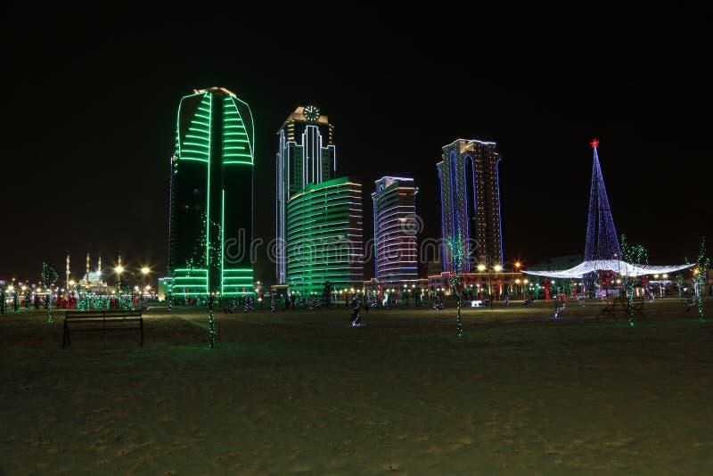 Grozny Grozny complex van wolkenkrabbersstad bij nacht in neonlichten royalty-vrije stock afbeeldingen