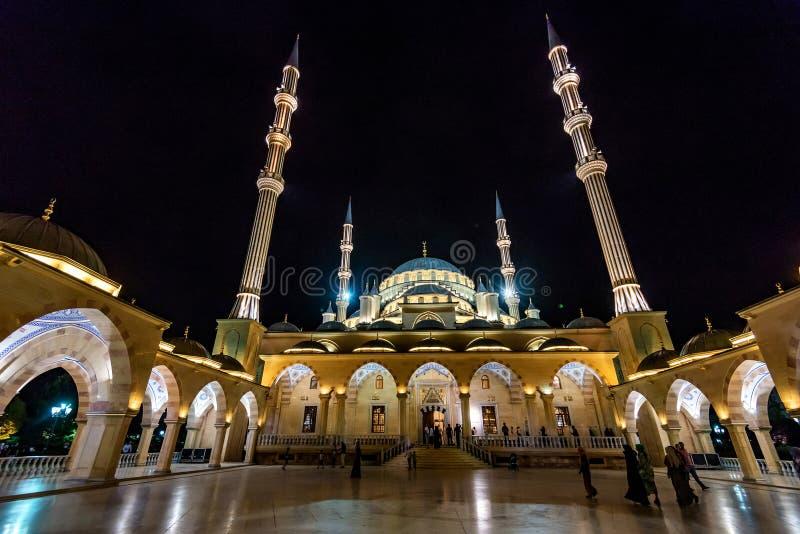 GROZNY, RÚSSIA - 9 DE JULHO DE 2017: Akhmad Kadyrov Mosque em Grozny, Chechnya, Rússia fotografia de stock