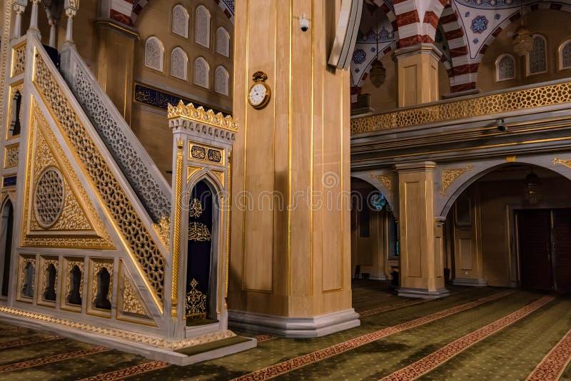 GROZNY, RÚSSIA - 9 DE JULHO DE 2017: Akhmad Kadyrov Mosque interno em Grozny, Rússia imagens de stock