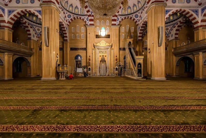 GROZNY, RÚSSIA - 9 DE JULHO DE 2017: Akhmad Kadyrov Mosque interno em Grozny, Rússia foto de stock royalty free