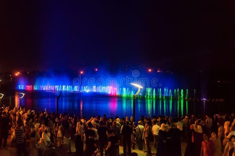 GROZNY, RÚSSIA - 9 DE JULHO DE 2017: Mostra musical da fonte em Grozny, Rússia imagem de stock