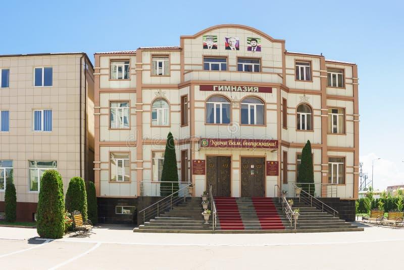 Grozny, república chechena, Rusia - 2 de junio de 2019: Nuevo edificio de una prioridad privada del gimnasio de la escuela secund fotografía de archivo