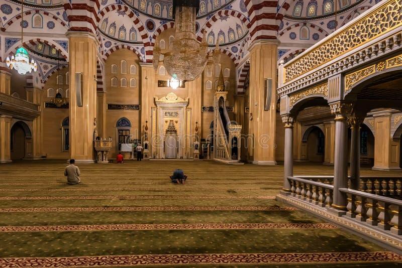 GROZNY RYSSLAND - JULI 9, 2017: Akhmad Kadyrov Mosque i Grozny, Tjetjenien, Ryssland royaltyfri bild