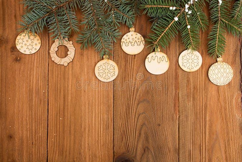 Grußkarte mit Dekorlebkuchenplätzchen, Tannenbaumast an stockbild