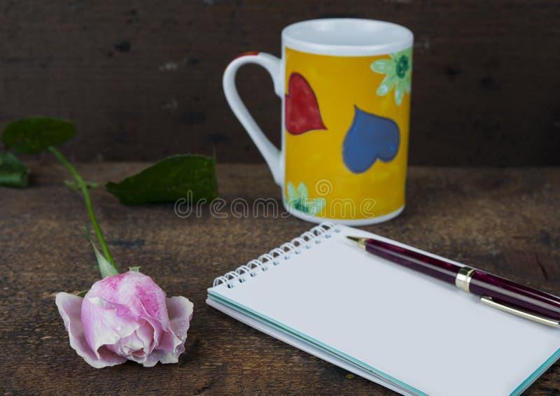 Grußkarte mit Rosarose und Fülle oder leerer Kopienraum lizenzfreie stockbilder