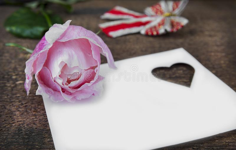 Grußkarte mit Rosarose und Fülle oder leerer Kopienraum lizenzfreies stockbild
