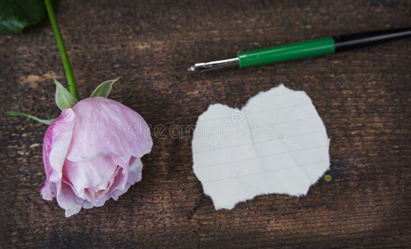 Grußkarte mit Rosarose und Fülle oder leerer Kopienraum stockfotografie