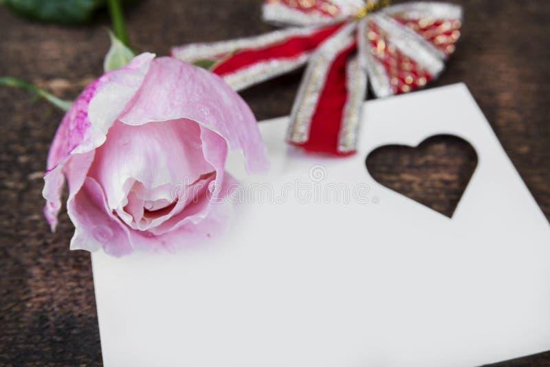 Grußkarte mit Rosarose und Fülle oder leerer Kopienraum stockfoto