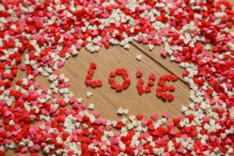 Grußkarte Valentinsgrußtageszerstreute Papierherzen lizenzfreies stockbild