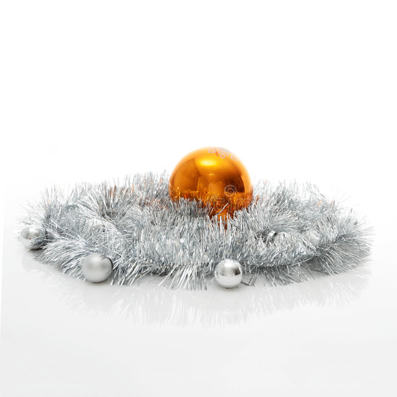 Grußkartenschablone gemacht vom silbernen Lametta mit Silber und von den orange Weihnachtsbällen mit Kopienraum, horizontale Ansi stockfoto