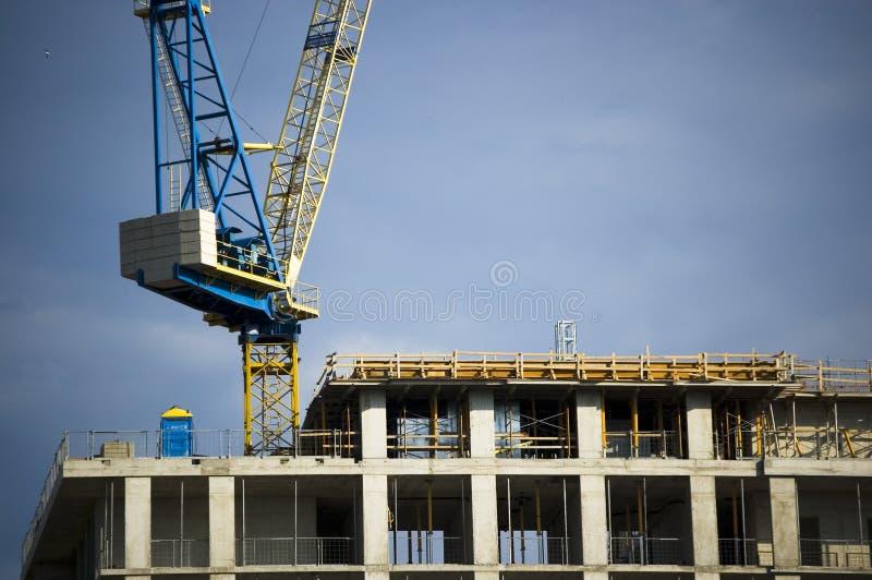 Gru in cima a costruzione fotografia stock