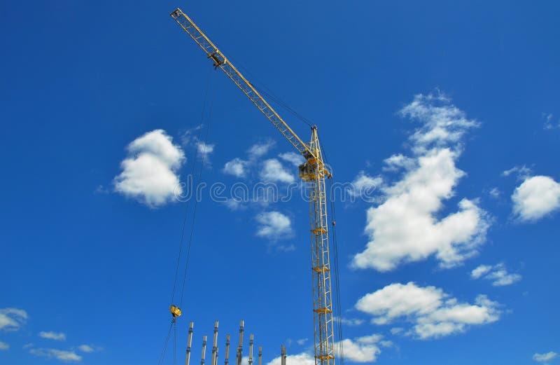 Gru della costruzione sul cantiere Aumento alto di costruzione fotografia stock libera da diritti