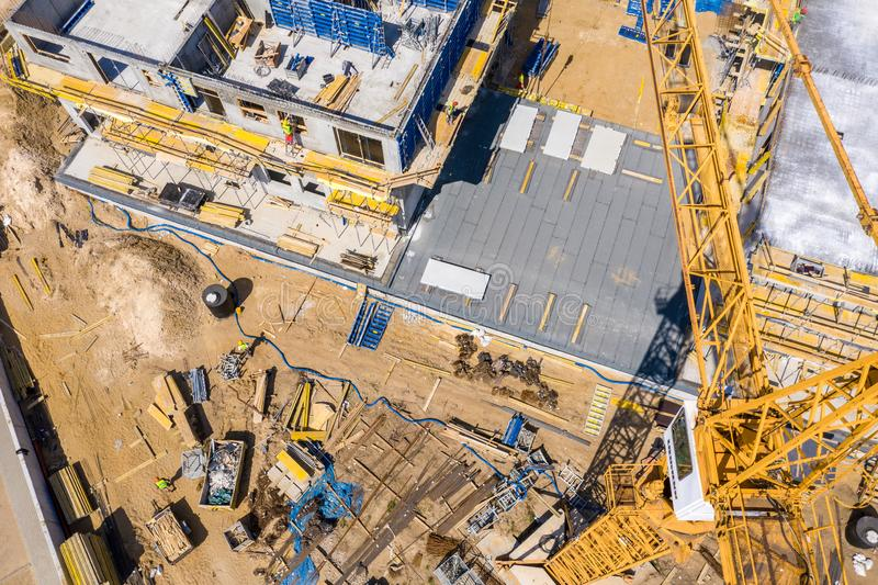 Gru di costruzione accanto alla casa in costruzione da un'altezza, vista aerea fotografia stock libera da diritti