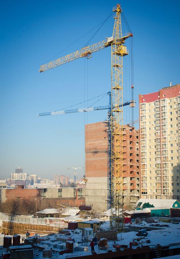 Download Gru Di Costruzione Ad Un Cantiere Nel Centro Urbano Di Inverno Fotografia Stock - Immagine di costruzioni, aperto: 56890698