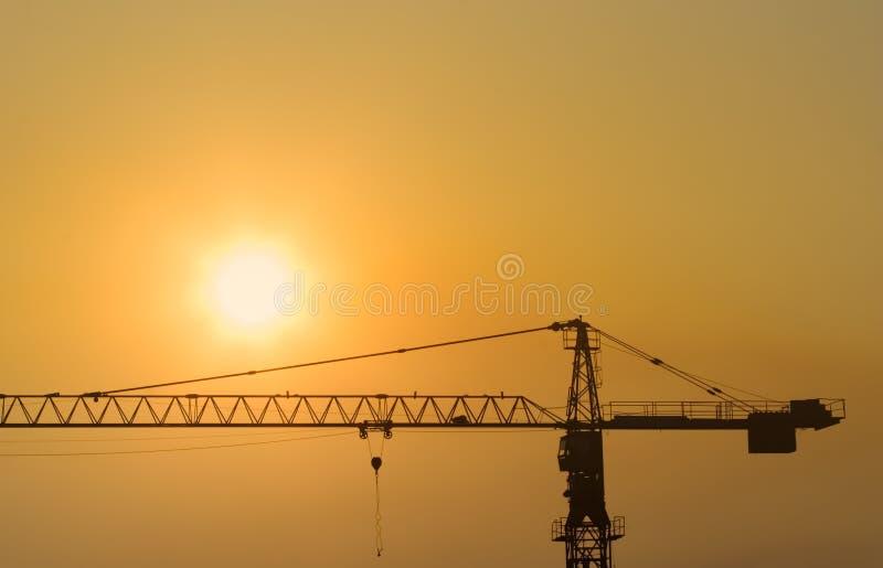 Gru di costruzione al tramonto fotografie stock libere da diritti