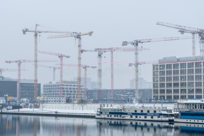 Gru di costruzione alla baldoria del fiume a Berlino fotografia stock libera da diritti