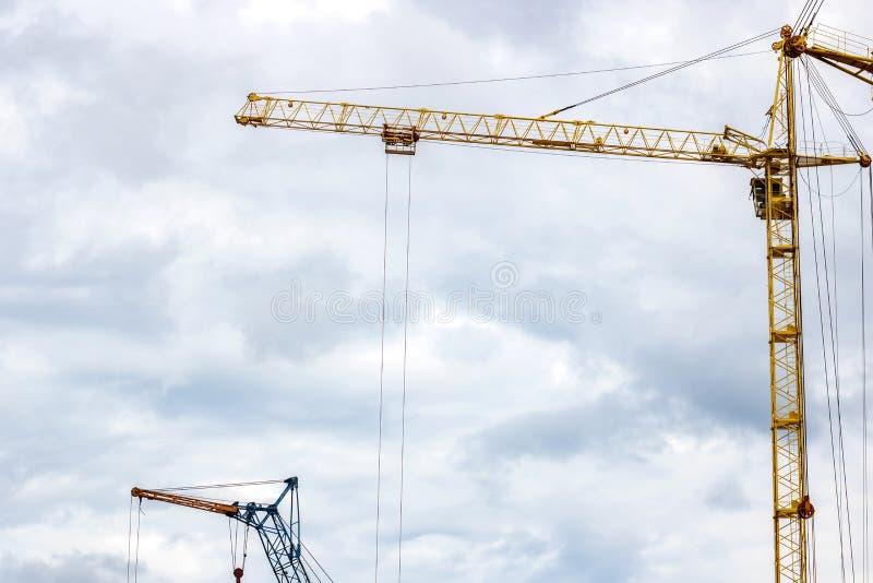 Gru di costruzione contro un fondo del cielo nuvoloso fotografie stock libere da diritti