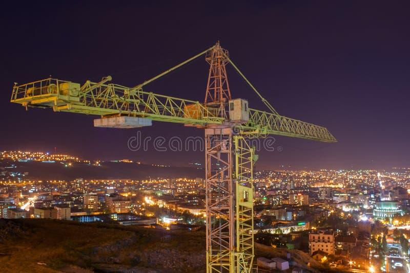 Gru di costruzione su fondo della città immagine stock libera da diritti
