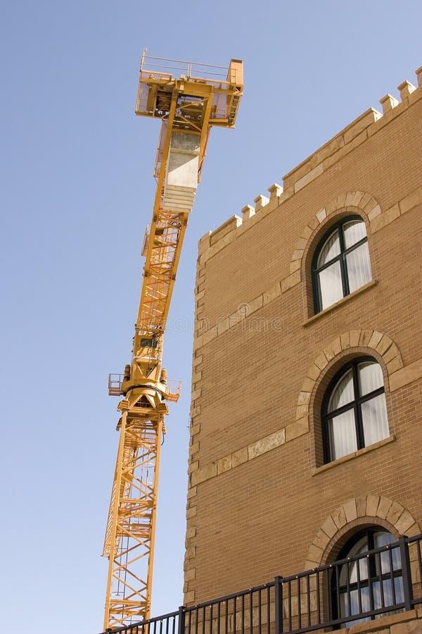 Gru di costruzione vicino ad una costruzione immagine stock libera da diritti
