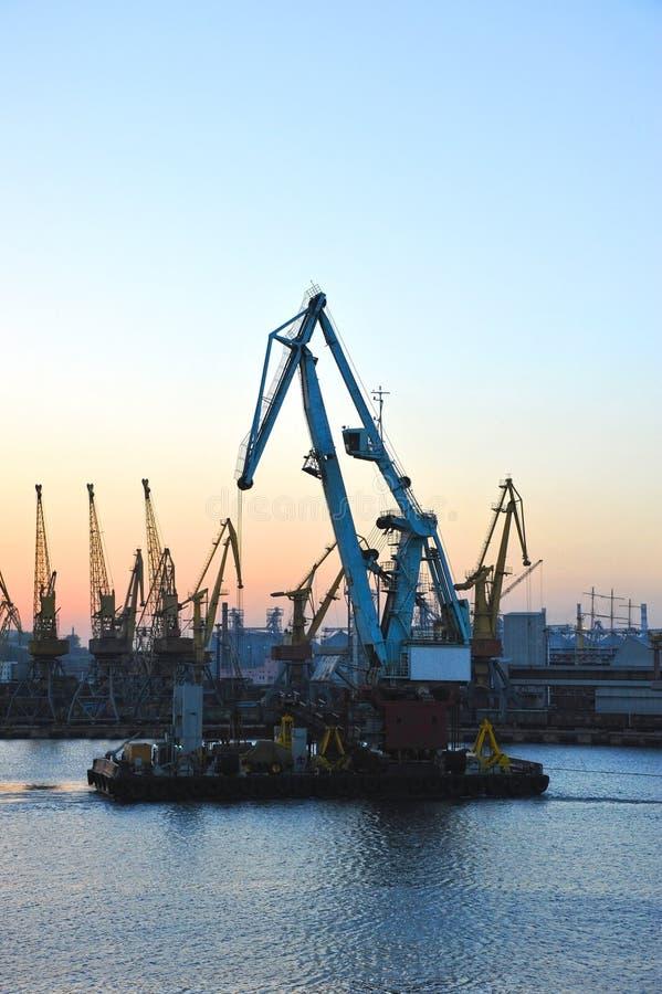 Gru di galleggiamento del carico al tramonto fotografia stock libera da diritti