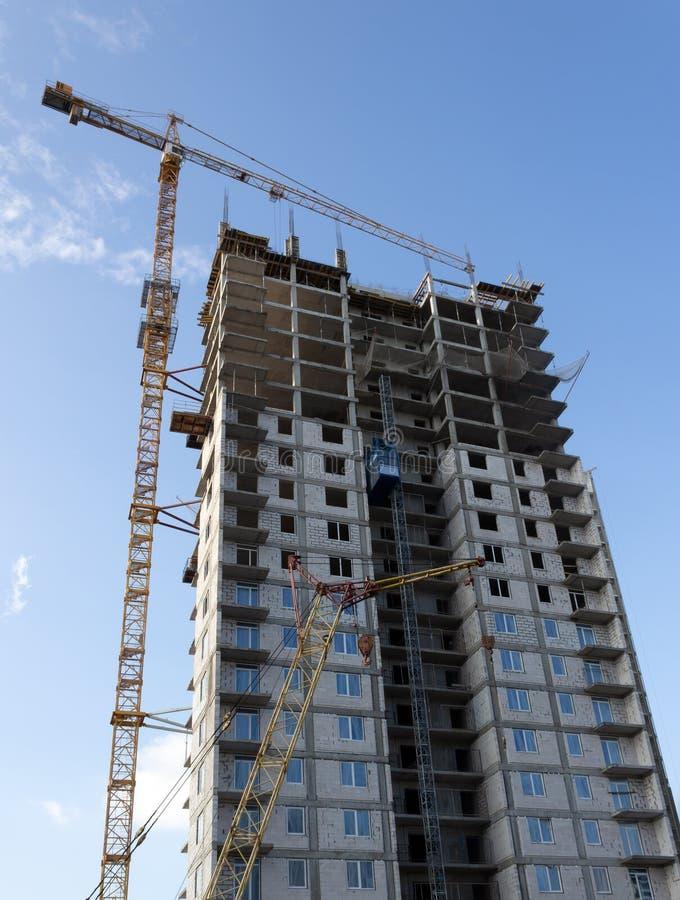 Gru e costruzione di costruzione fotografie stock