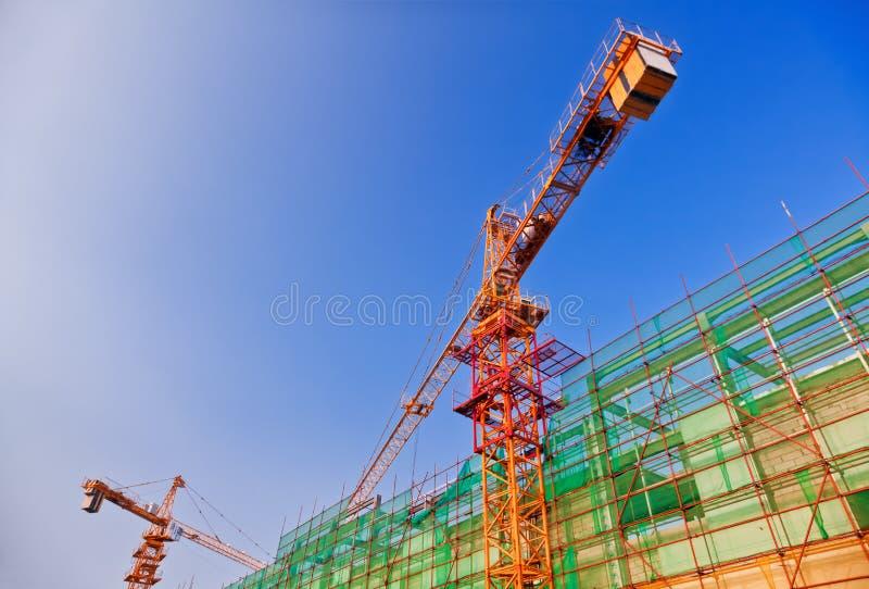 Gru e luogo della costruzione di edifici immagini stock