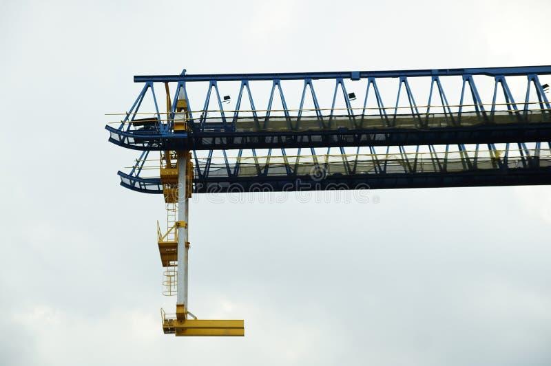 Gru ferroviaria che appende nel cielo immagine stock libera da diritti