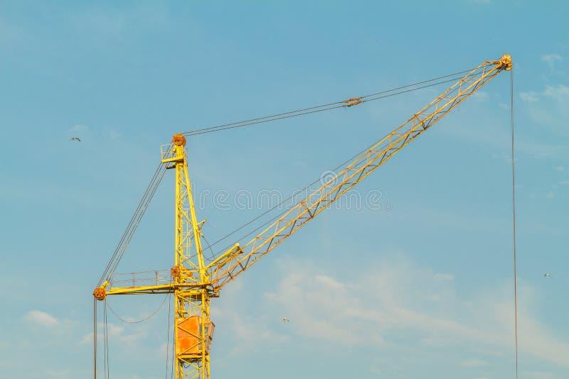 Gru gialla della costruzione sul fondo del cielo blu fotografie stock