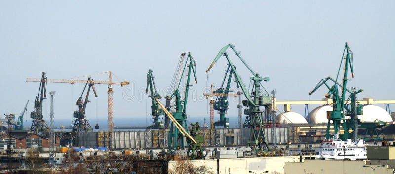 Gru giganti in un cantiere navale, costa del Mar Baltico fotografia stock libera da diritti