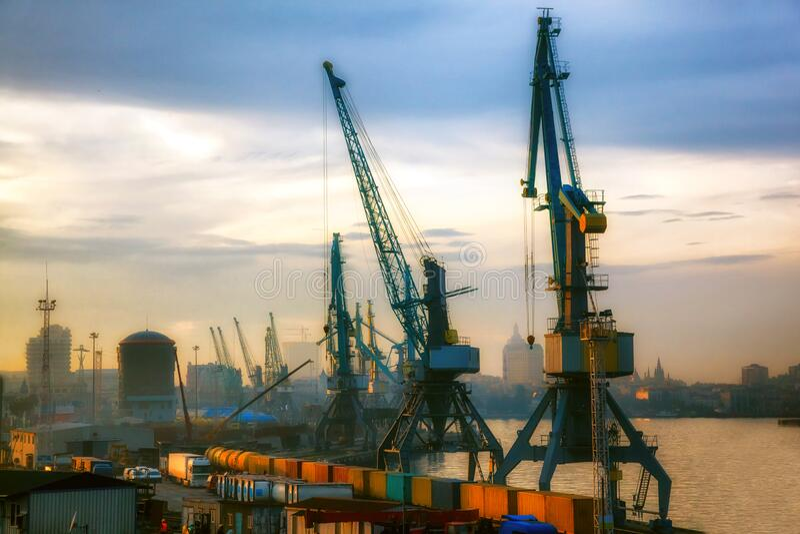 Gru industriali che caricano container merci per navi da carico immagine stock libera da diritti