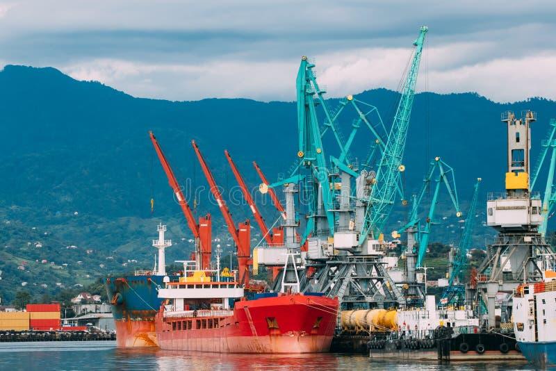 Gru Jib In Port della vecchia della chiatta del trasporto autocisterna della nave e di onere gravoso immagine stock libera da diritti