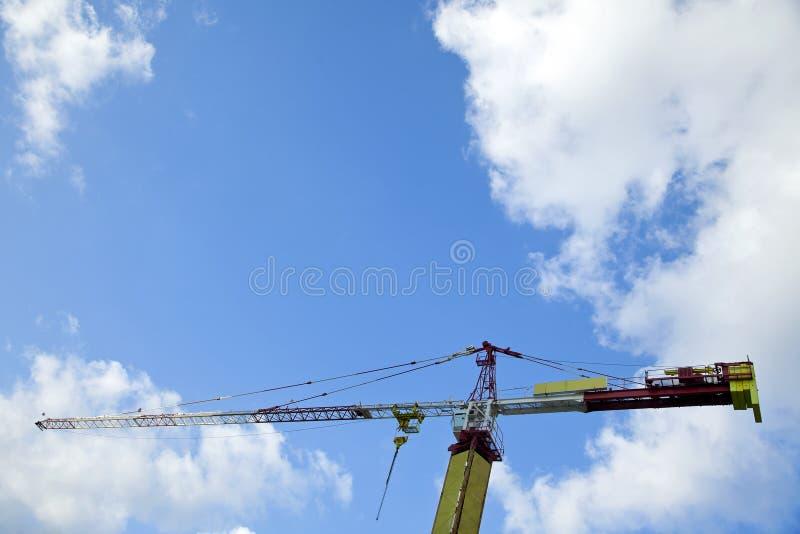 Gru a torre & cielo nuvoloso fotografia stock