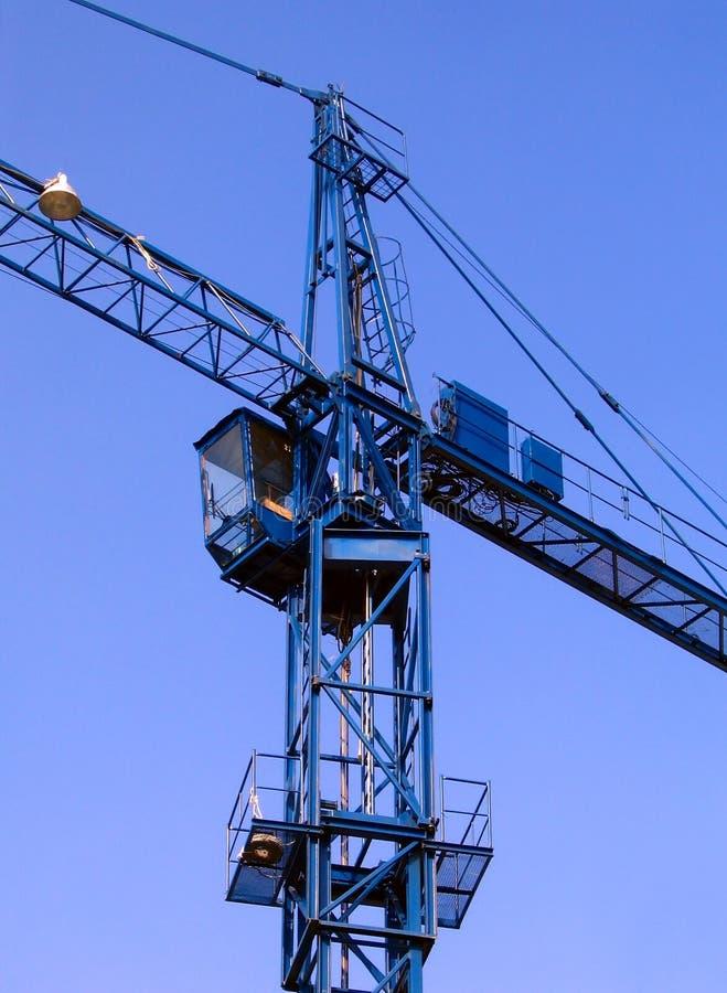 Gru a torre contro un cielo blu fotografie stock