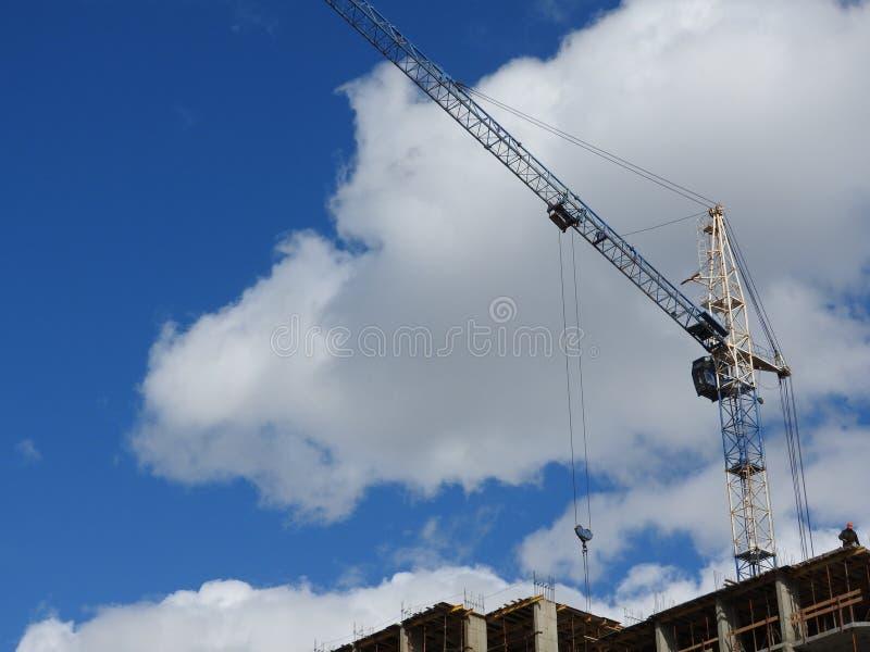 Gru a torre e le loro parti, costruzione di nuova casa fotografia stock
