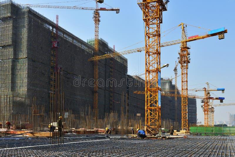 Gru a torre nel cantiere, nella costruzione di grandi edifici immagine stock