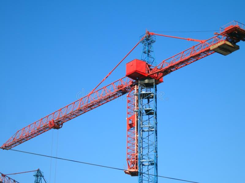 Gru a torre su cielo blu - immagine di riserva immagini stock