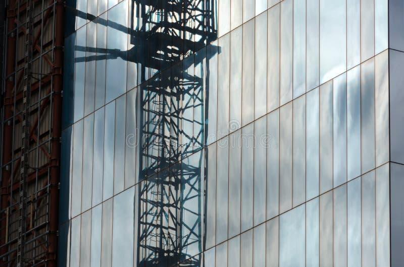 Gru in un grattacielo in specchi immagini stock