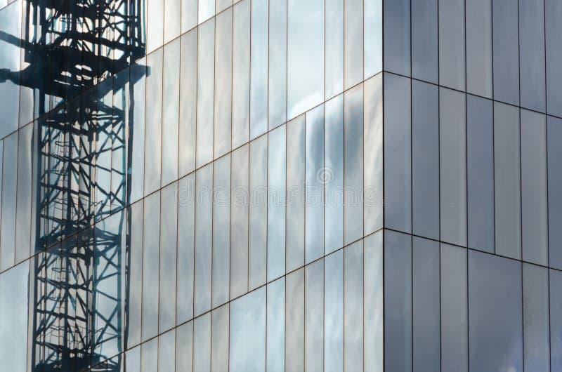Gru in un grattacielo in specchi immagini stock libere da diritti