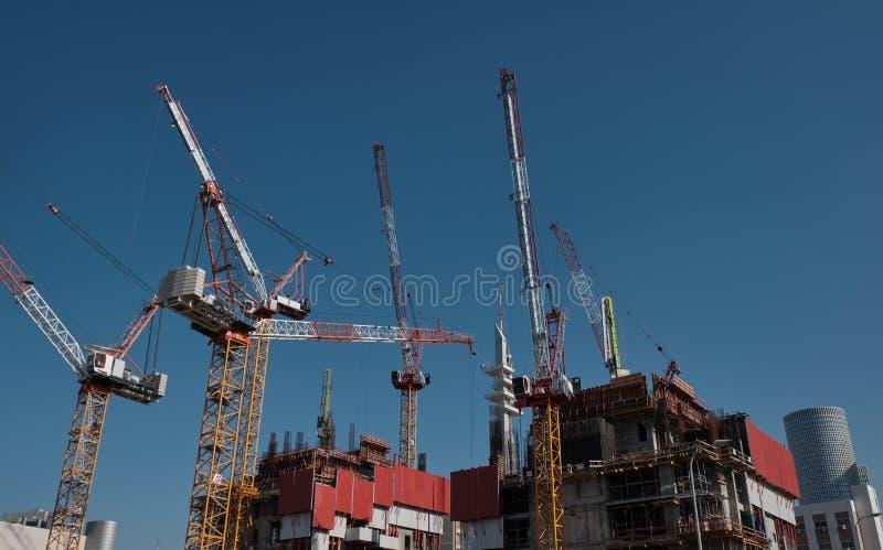 Grua de torre - em construção de edifícios em Tel Aviv, ISRAEL fotografia de stock