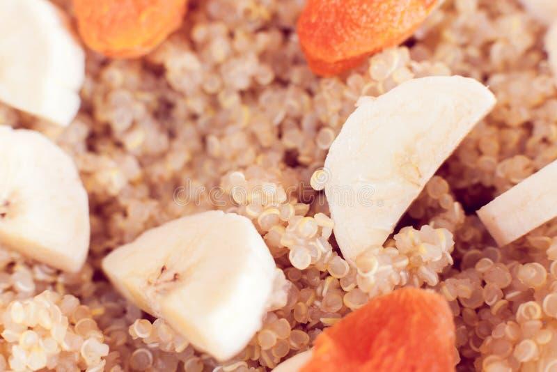 Gruau de quinoa avec la banane et les abricots secs photo stock