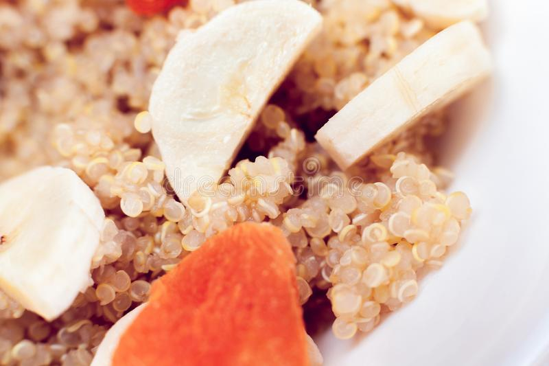 Gruau de quinoa avec la banane et les abricots secs photographie stock