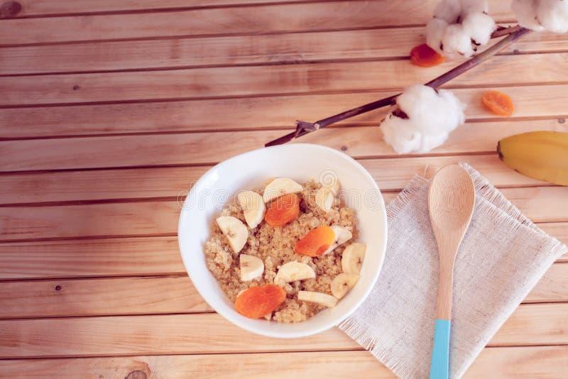 Gruau de quinoa avec la banane et les abricots secs images libres de droits