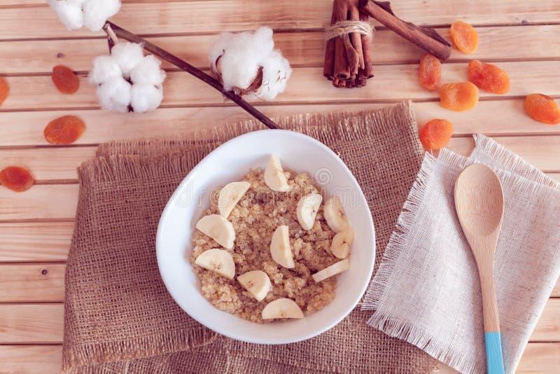 Gruau de quinoa avec la banane photographie stock libre de droits