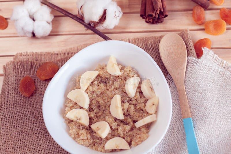 Gruau de quinoa avec la banane image stock